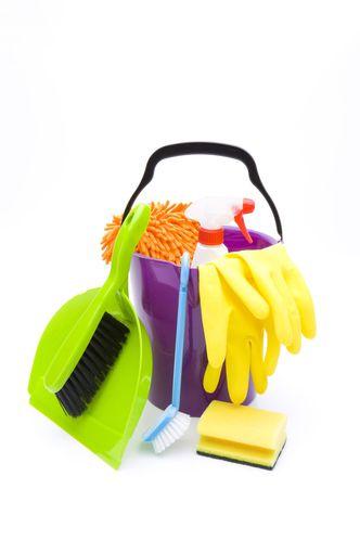 verschieden Putzuntensilien (Eimer, Kehrschaufel, Bürste und Schwamm)
